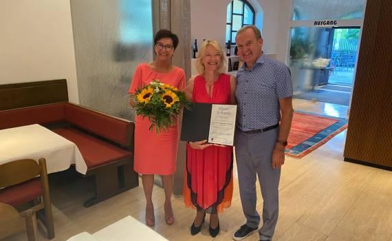 Das silberne Ehrenzeichen für Gundi Nöbauer